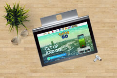 Pokemon Iść strona domowa na zakończenie laptopu ekranie na biurowym tle Obrazy Stock