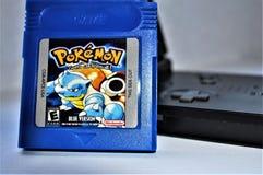 Pokemon sideview azul de GameBoy y del juego 2 fotografía de archivo
