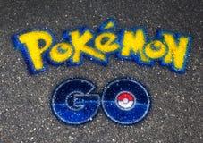Pokemon VA bola del logotipo dibujada en el asfalto Imágenes de archivo libres de regalías