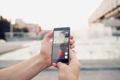 Pokemon va dipendente giocare il gioco dello smartphone online Fotografia Stock Libera da Diritti