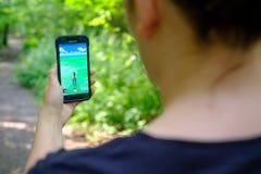 Pokemon va l'applicazione sullo smartphone Fotografia Stock Libera da Diritti