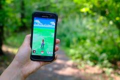 Pokemon va l'applicazione sullo smartphone Fotografie Stock Libere da Diritti