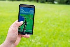 Pokemon va uso en el smartphone Imagenes de archivo