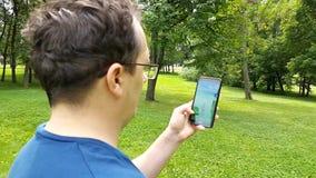 Pokemon va uso en el smartphone almacen de metraje de vídeo