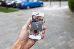 Pokemon vont jeu sur l'écran de l'iPhone Images stock