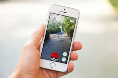 Pokemon vont jeu sur l'écran de l'iPhone Image libre de droits