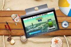 Pokemon vont page d'accueil sur l'écran en gros plan d'ordinateur portable sur le fond d'été Photo stock