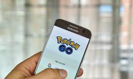 Pokemon vont sur l'écran de Samsung s7 Image libre de droits