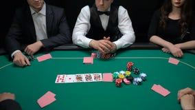 Pokeråterförsäljare som vänder upp kort, riskabelt slå vad lyfta för spelare, hobbyturnering, lycka stock video