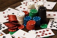 Poker Cards och gå i flisor Royaltyfri Bild
