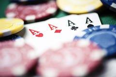 Poker, chiper och kort på den gröna tabellen Fotografering för Bildbyråer