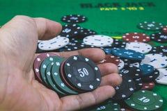 Poker Chips Multi Color an Hand lizenzfreies stockfoto