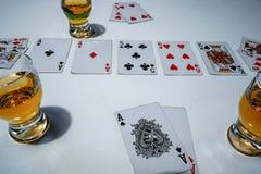 Poker del gioco con cui whiskey di forbici fotografie stock libere da diritti