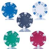 Poker fem gå i flisor på vitbakgrund Arkivfoto
