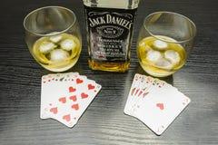 poker Fyra av en sort - ut ur sixes mot konungar Att att dricka ett G Arkivbilder
