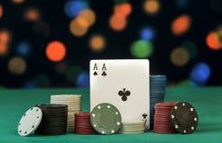 Poker gå i flisor med kort Royaltyfri Bild