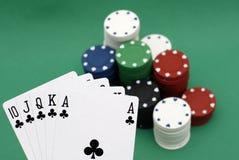 Poker gå i flisor och kort royaltyfria foton
