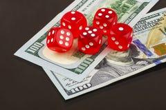 Poker mit fünf roter Würfeln auf Banknoten Stockfoto