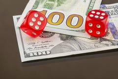 Poker mit zwei roter Würfeln auf Banknoten Stockfotos