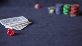poker Na tabela de jogo são os cartões e as microplaquetas vídeos de arquivo