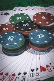 Poker och se kortchiper, pengar och kort på tabellen Arkivbild