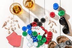 poker Ställ in till att spela poker med kort och chiper på den vita trätabellen, bästa sikt Arkivbilder