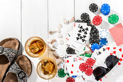 poker Ställ in till att spela poker med kort och chiper på den vita trätabellen, bästa sikt Royaltyfria Foton
