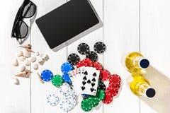 poker Ställ in till att spela poker med kort och chiper på den vita trätabellen, bästa sikt Royaltyfri Bild