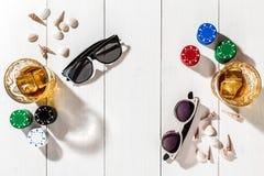 poker Ställ in till att spela poker med kort och chiper på den vita trätabellen, bästa sikt Royaltyfri Fotografi