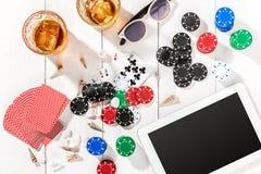 poker Ställ in till att spela poker med kort och chiper på den vita trätabellen, bästa sikt Royaltyfria Bilder