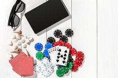 poker Ställ in till att spela poker med kort och chiper på den vita trätabellen, bästa sikt Arkivfoton