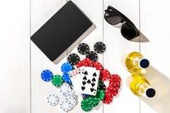 poker Ställ in till att spela poker med kort och chiper på den vita trätabellen, bästa sikt Fotografering för Bildbyråer
