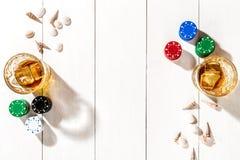 poker Ställ in till att spela poker med kort och chiper på den vita trätabellen, bästa sikt Royaltyfri Foto