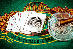Poker-Szene mit Zigarre und Karte Spassvogel Stockbild