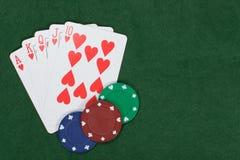 Poker und spielende gewinnende Hand mit Chips Lizenzfreies Stockfoto