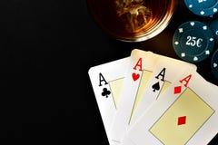 Poker, whisky och pengar Arkivbilder
