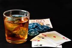 Poker, Whisky und Geld Stockbilder