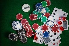 Pokerchiper i kasino spelar den gröna tabellen arkivfoto