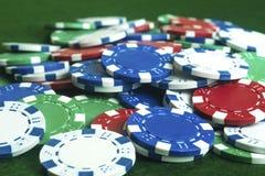 Pokerchiper lossar högen Royaltyfria Foton