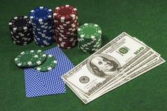Pokerchiper med många dollar Arkivfoton