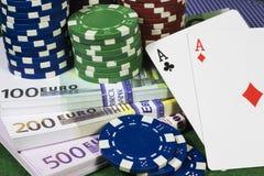 Pokerchiper med många euro Arkivbilder