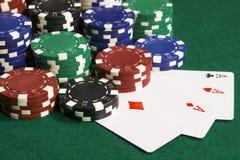 Pokerchiper med några kort Arkivfoto