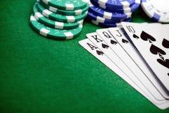 Pokerchiper och en korthand för rak spolning Royaltyfria Bilder