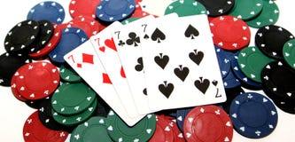 Pokerchiper och fyra sevens arkivfoto