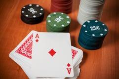 Pokerchiper och generiska spela kort Arkivfoton