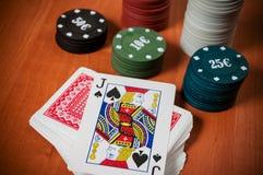 Pokerchiper och generiska spela kort Fotografering för Bildbyråer