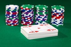 Pokerchiper och kort fotografering för bildbyråer