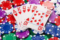 Pokerchiper och kort arkivbilder