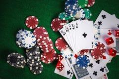 Pokerchiper och kort på kasino spelar den gröna tabellen med kungliga personen fl arkivfoton