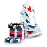 Pokerchiper och leka kort Arkivfoto